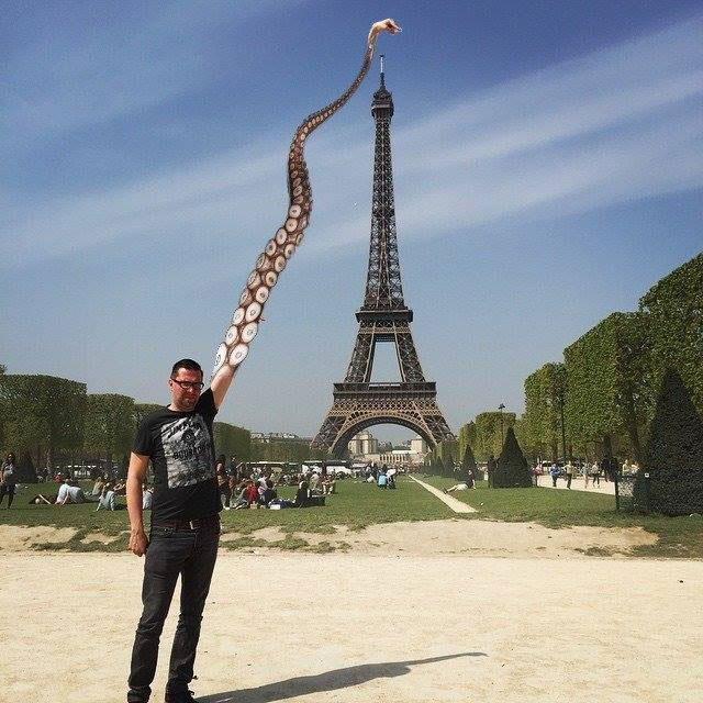 eiffel tower finger photoshop octopus Eiffel Tower Sid Frisjes Man asks Internet for Photoshop help on a vacation photo, gets hilariously trolled