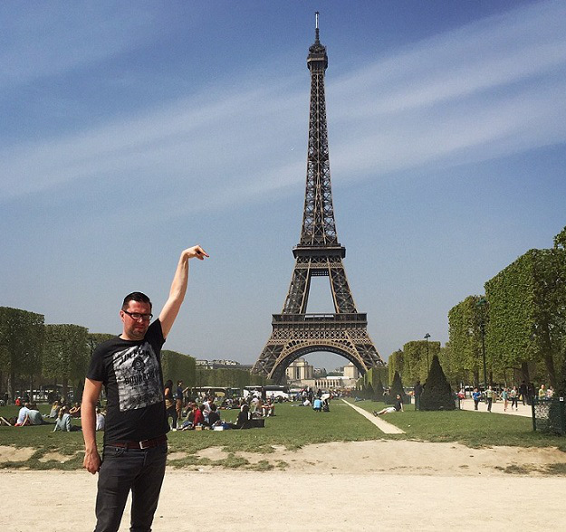 eiffel tower finger photoshop original Eiffel Tower Sid Frisjes Man asks Internet for Photoshop help on a vacation photo, gets hilariously trolled