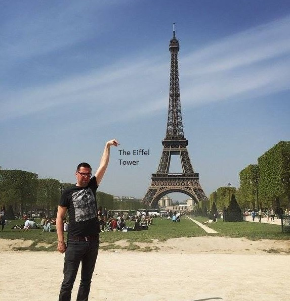 eiffel tower finger photoshop text Eiffel Tower Sid Frisjes Man asks Internet for Photoshop help on a vacation photo, gets hilariously trolled