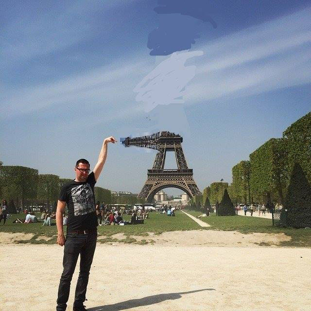 eiffel tower finger photoshop turn Eiffel Tower Sid Frisjes Man asks Internet for Photoshop help on a vacation photo, gets hilariously trolled