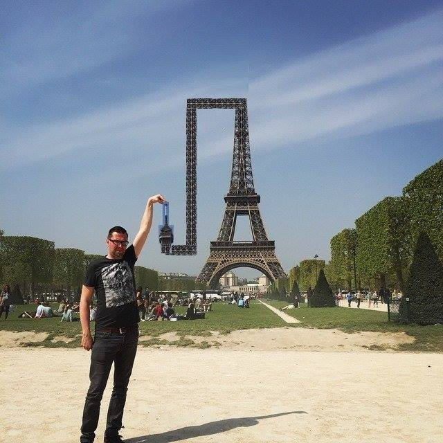eiffel tower finger photoshop twist Eiffel Tower Sid Frisjes Man asks Internet for Photoshop help on a vacation photo, gets hilariously trolled