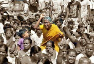 alanganallur jallikkattu bull taming women chennai merina protest அலங்காநல்லூர் ஜல்லிக்கட்டு காளை பெண்கள் புரட்சி சென்னை மெரினா கடற்கரை போராட்டம் ஏறு தழுவல்